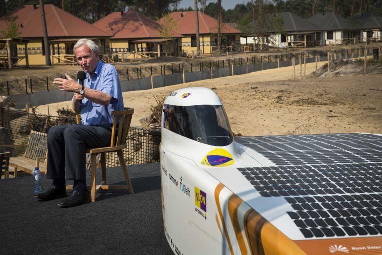 Schrijver en oud-politicus Jan Terlouw onthult in juli 2018 de zonneauto Nuna9S in Safaripark Beekse Bergen.   Beeld ANP