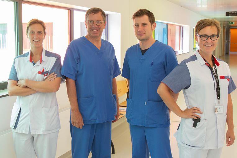 Coördinators van het pijnteam Nathasja Van Houtte (l.) en Nele Rooryck (r.) met dokters Christian Pottiez en Arne Clicteur.