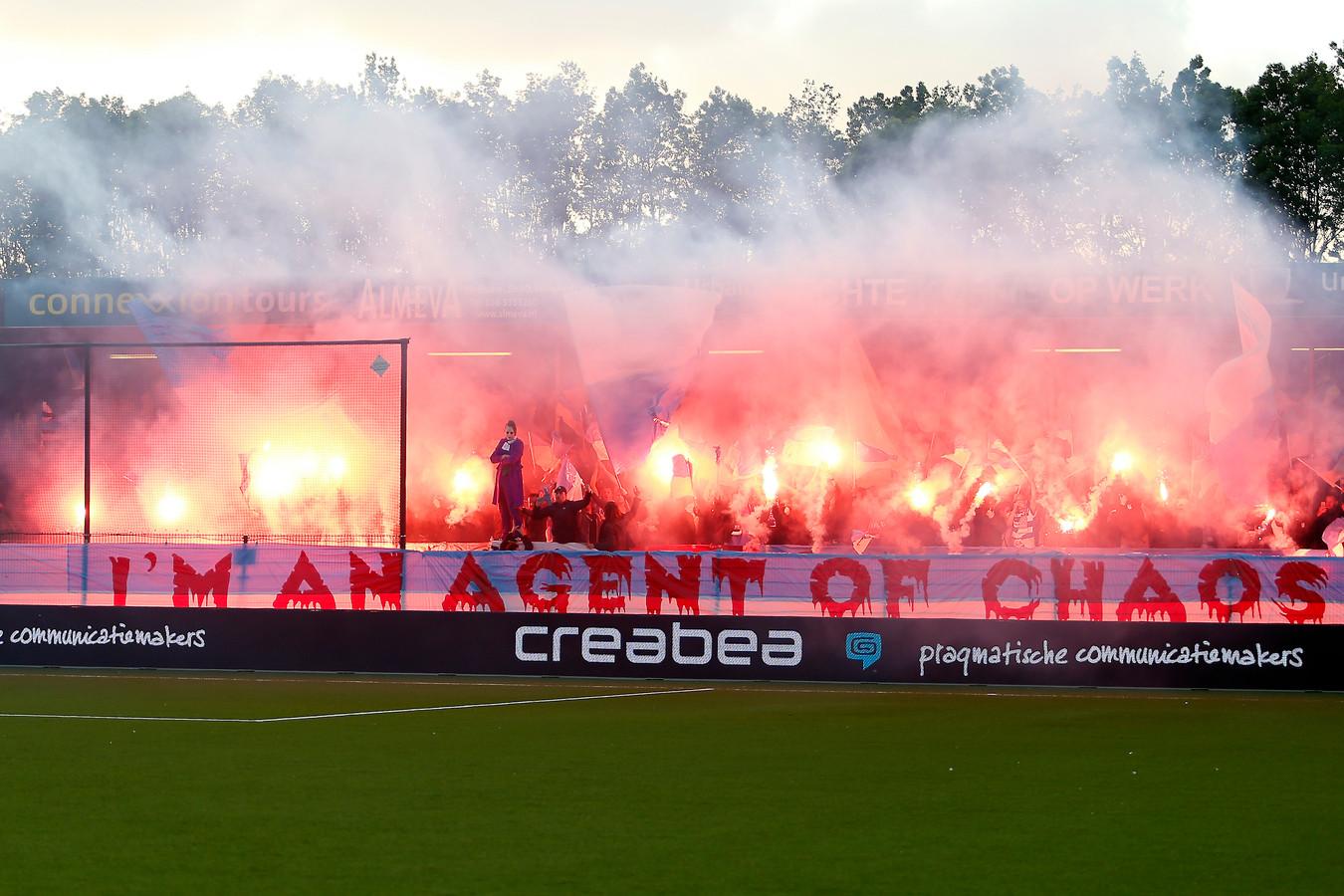 De sfeeractie met 'The Joker' van De Graafschap in het promotieduel bij Almere City FC.