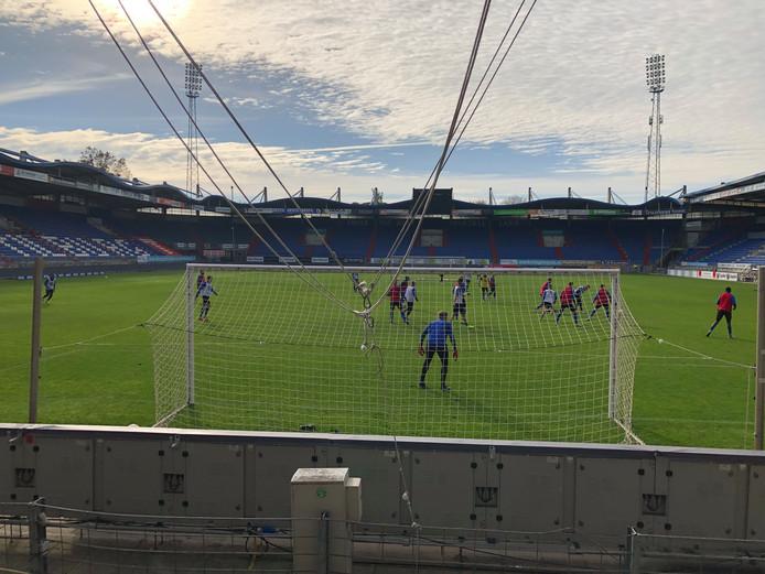 Supporters steunen Willem II tijdens de laatste training voor de derby tegen NAC.