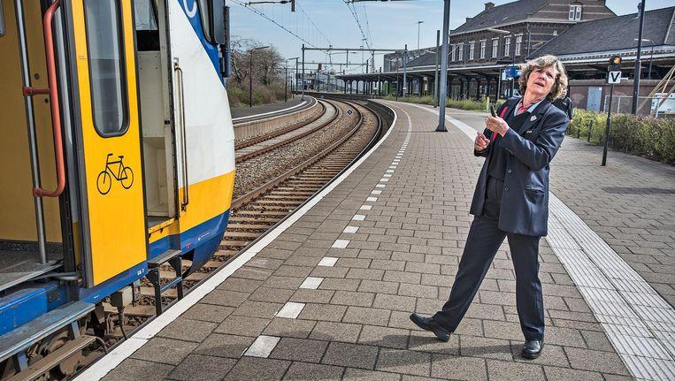 De conductrice kijkt nog eenmaal voordat het fluitsignaal wordt gegeven voor vertrek. Beeld Guus Dubbelman / de Volkskrant