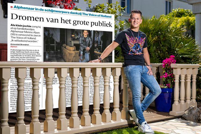 Menno Aben in de tuin van het ouderlijk huis. Op de achtergrond het krantenartikel uit 2019.