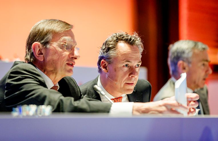 CEO Ralph Hamers (R) en vertrekkend president-commissaris Jeroen van der Veer (L) tijdens de jaarlijkse aandeelhoudersvergadering van ING. Beeld ANP