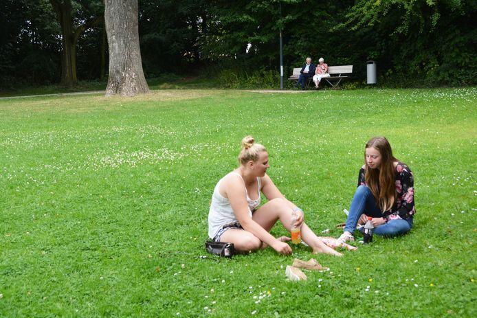 Deze meisjes drinken rustig een flesje frisdrank in stadspark Mulle de Terschueren. Sinds het alcoholverbod komen er weer meer mensen naar het park.