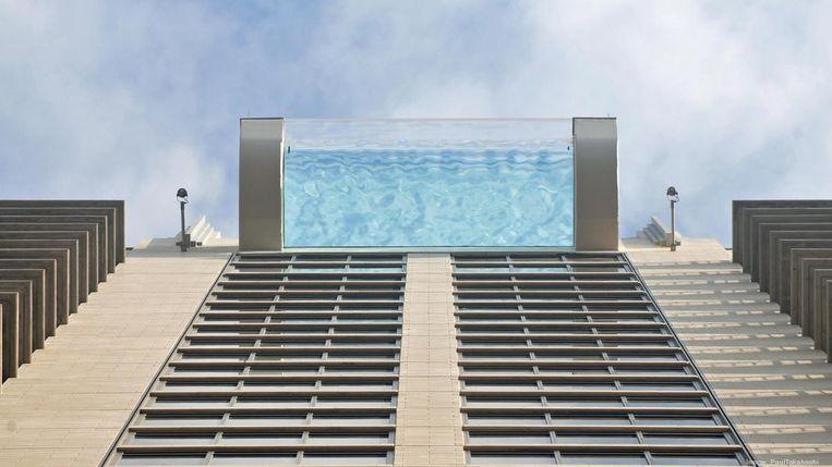 Zwembad bovenaan wolkenkrabber.