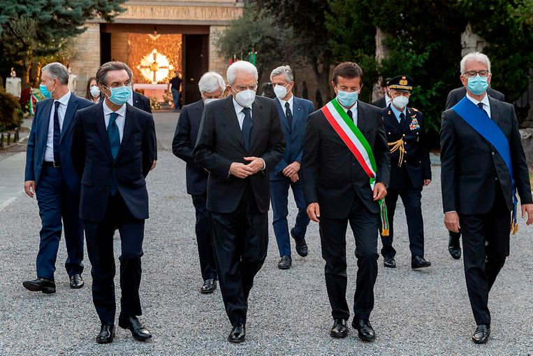 Sergio Mattarella, president van Italië (midden), Giorgio Gori, burgemeester van Bergamo (2e van rechts) en President van de regio Lombardije (links) op de monumentale begraafplaats van Bergamo, nadat ze kransen legden om de slachtoffers van het coronavirus te herdenken. Beeld AFP