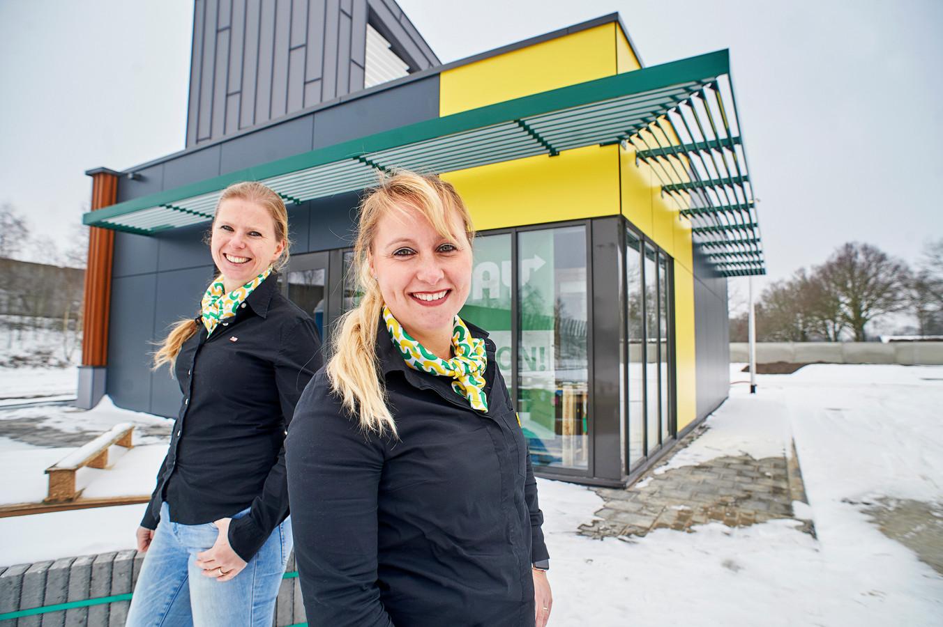 Franchisenemers Meriam Driessens (links) en Veronique bij het nieuwe filiaal van Subway op Foodcourt Uden.
