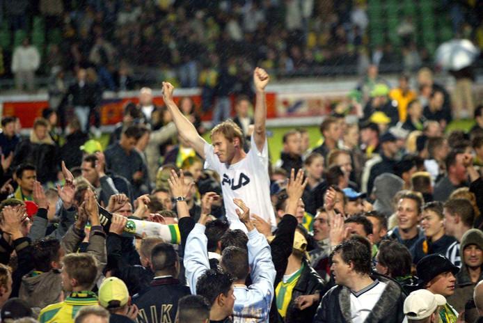 ADO Den Haag werd in 2003 voor eigen publiek kampioen tegen VVV. De wedstrijd zou oorspronkelijk in Venlo worden gespeeld.