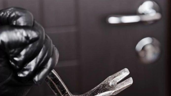 Een jongeman brak in 2013 in bij een vrouw uit Kortrijk, verkrachtte haar op de keukentafel en stal haar handtas.