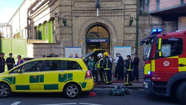 Hulpdiensten bij het Londense metrostation. Beeld Twitter @ASolopovas / via Reuters