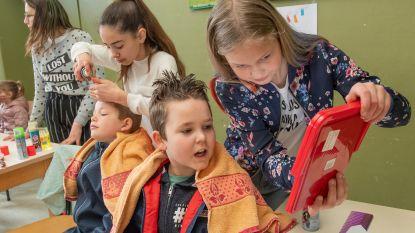 FOTOREEKS: Kinderen demonstreren hun favoriete beroepen op school