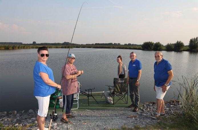 De Zestigvoetkreek is één van de visplaatsen van de Clingse Hengelaars. Bestuursleden Robert Vertenten (rechts)  en secretaris Cijril Peeters (2e van rechts) is er samen met visfamilie Koemans.