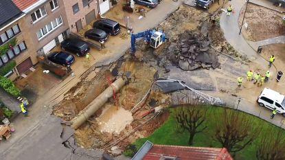 Dronebeelden tonen enorme krater na waterlek in Sint-Pieters-Leeuw, rampenplan van kracht