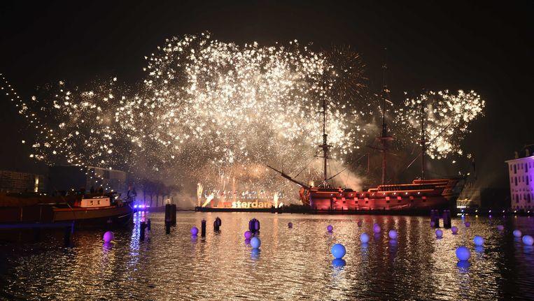 Vuurwerk tijdens de Amsterdamse jaarwisseling bij het Scheepvaartmuseum op het Oosterdok. Beeld anp