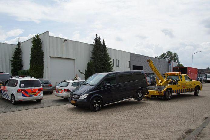 Aan de Noorsestraat in Kaatsheuvel worden auto's  afgevoerd.