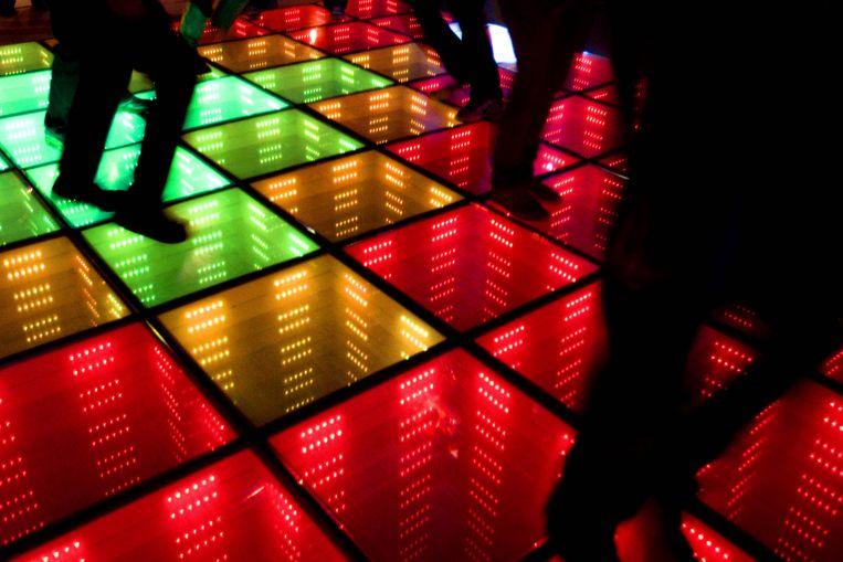 Sustainable Dance Floor: dansvloer die elektriciteit opwekt als hij trilt door dansend publiek. Met de energie kunnen discolampen aan en uit worden geschakeld. Beeld ANP