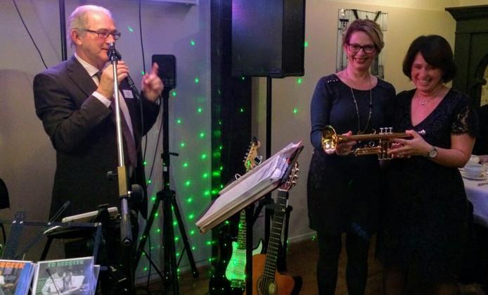 Uitreiking trompetten aan jeugdcommissie.