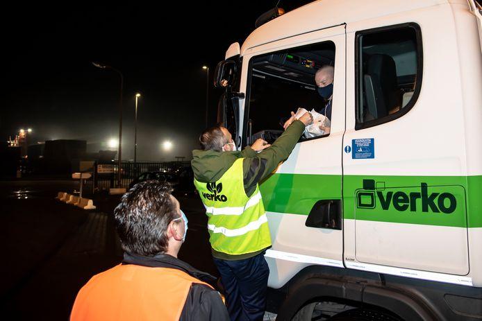 Dirk Abbeloos en Peter De Leeuw gaven het personeel in elke vuilniswagen die uitreed koffiekoeken mee.