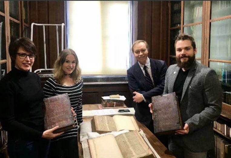 Van links naar rechts: Leah Tether, Laura Chuhan Campbell, Michael Richardson en Benjamin Pohl in de universiteitsbibliotheek van Bristol.