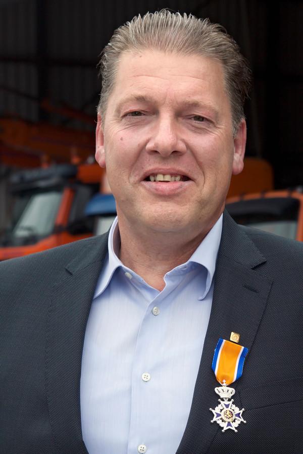 Loco-burgemeester Gerard Bruijniks reikte de koninklijke onderscheiding Ridder in de Orde van Oranje Nassau uit aan Gerrit Verhagen uit Kaatsheuvel.