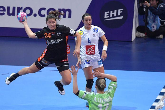 Martine Smeets (links) in actie voor Oranje tijdens het EK.