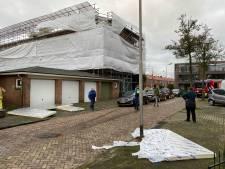 Platen waaien van dak en beschadigen auto's in Deventer: 'Dit had erger kunnen aflopen'