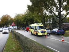 Fietser knalt op bestelbus in Heerde en moet met hoofdwond naar het ziekenhuis