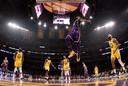 LeBron James gaat omhoog voor een dunk tegen Golden State Warriors.