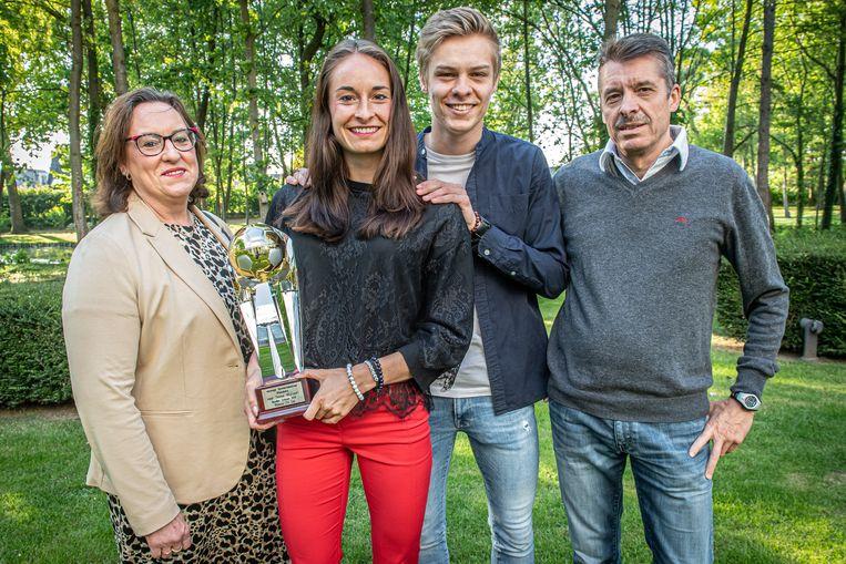 Tessa samen met haar ouders Franky Wullaert en Joke Derweduwen en haar broer Jarne.
