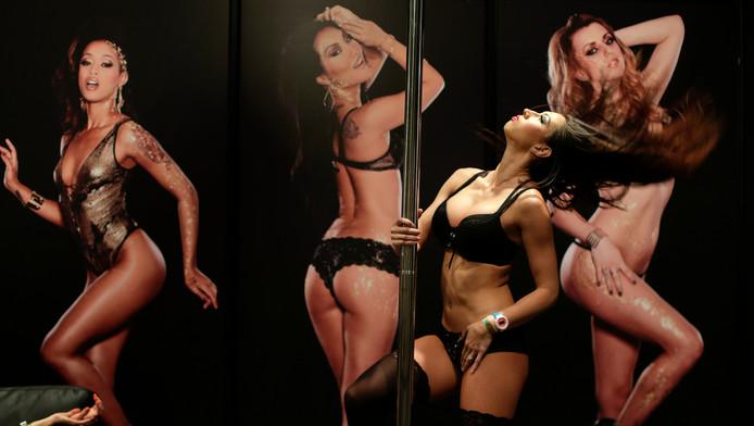 Démonstration de pole dance à l'Adult Entertainment Expo.