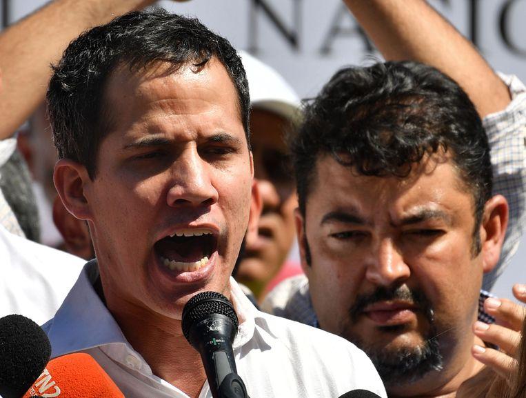 De Venezolaanse oppositieleider en zelfverklaard interim-president Juan Guaidó (links) met naast zich zijn rechterhand en stafchef Roberto Marrero die donderdagochtend in Caracas werd gearresteerd. Beeld AFP