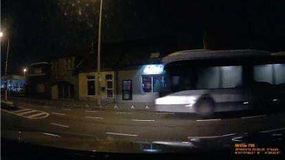 VIDEO: De Lijn start onderzoek naar buschauffeur die door rood stoplicht vlamt