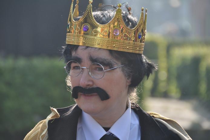 Een namaak-koning mét snor op basisschool De Veste vrijdag tijdens de Koningsspelen.
