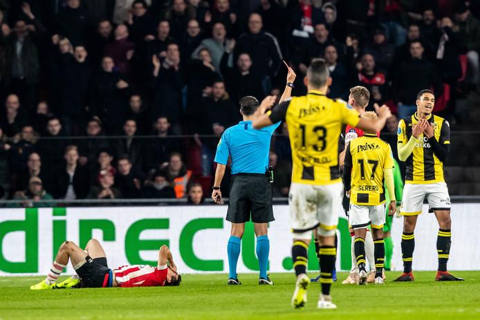 Danilho Doekhi (rechts) krijgt rood van scheidsrechter Gozubuyuk na een tackle op  Hirving Lozano van PSV.