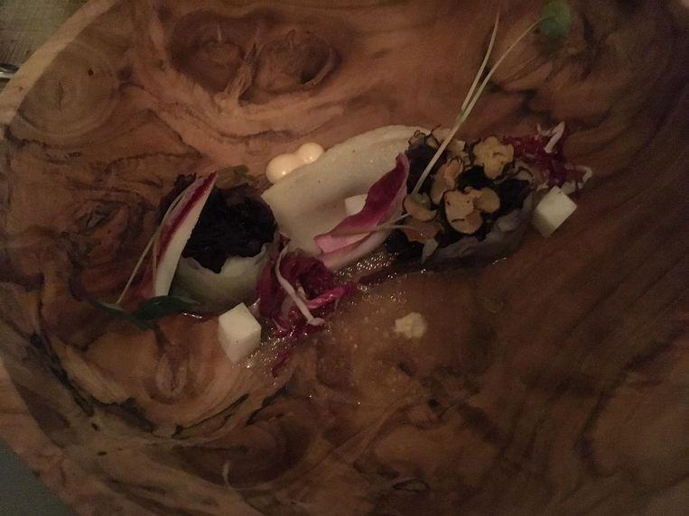 Rolletjes van rode kool met pastinaak, schorseneer, radicchio Beeld Mac van Dinther