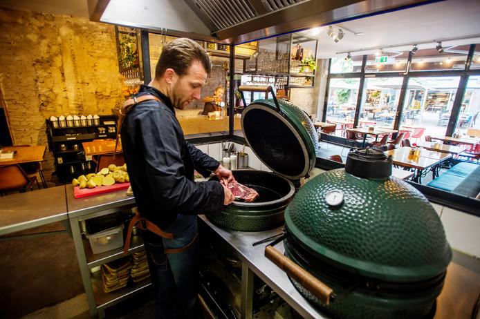 Bij M'EAT in Den Bosch staat de Green Egg centraal. Van voorgerecht tot dessert, veel gerechten komen uit de groene, eivormige barbecue.