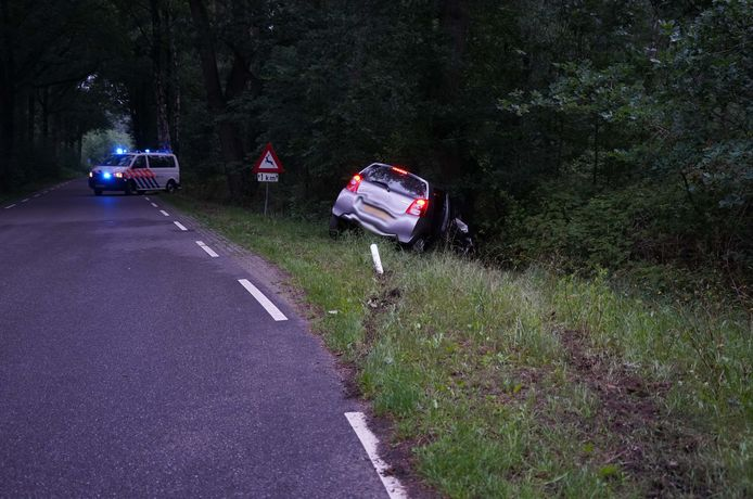 Auto van de weg in Dalmsholte.