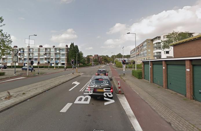 Een snorfietser kreeg een boete omdat hij bij het kruispunt Burg. van Veenlaan/Weth. Beversstraat in Enschede via de rijbaan een fietser passeerde.