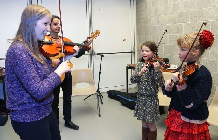 Tijdens de OpKikkerDag konden de kinderen onder meer viool leren spelen.