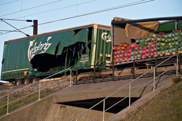 De beschadigde goederentrein trein staat stil, net voorbij de brug.