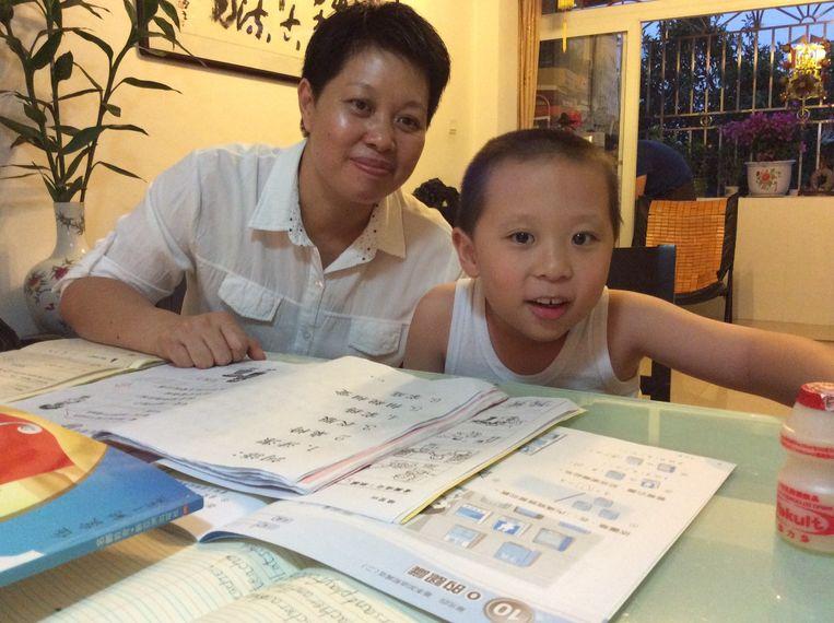Vito en zijn moeder thuis in Shenzhen. Beeld Marije Vlaskamp
