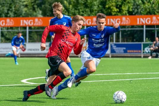Nout de Reus van SC Bemmel in duel met Renzo Hendriks van Woezik.