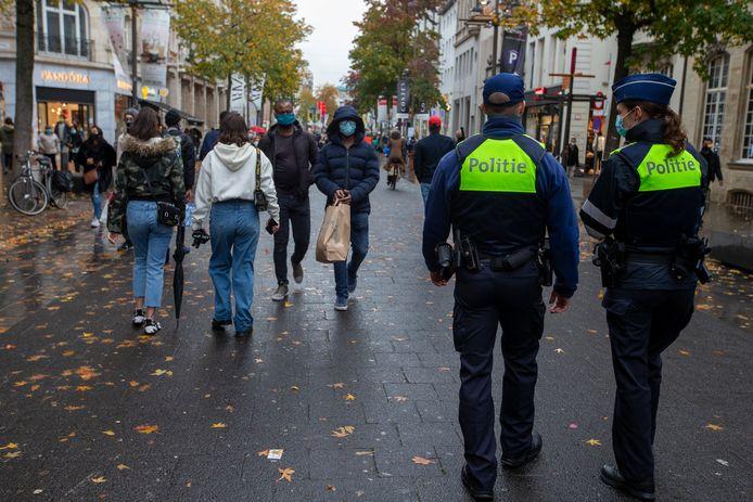 De Meir in Antwerpen op een van de laatste dagen dat de winkels open waren. Het was erg druk in de stad.