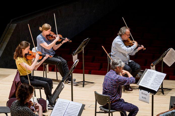 Muzikanten van Phion tijdens een repetitie.