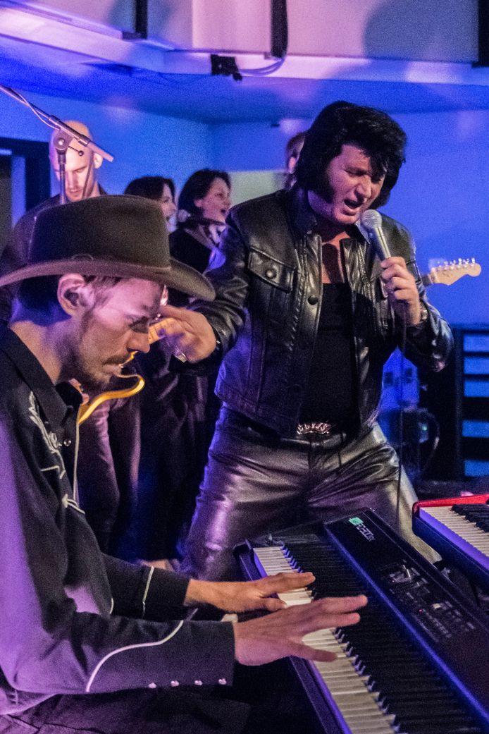 Bij hotel De Schout was een optreden van Elvis Presley.