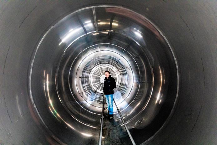 Arjan de Bruin in een tank die zijn bedrijf maakt.