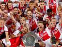 Ajax-spelers juichen met de schaal van landskampioen.