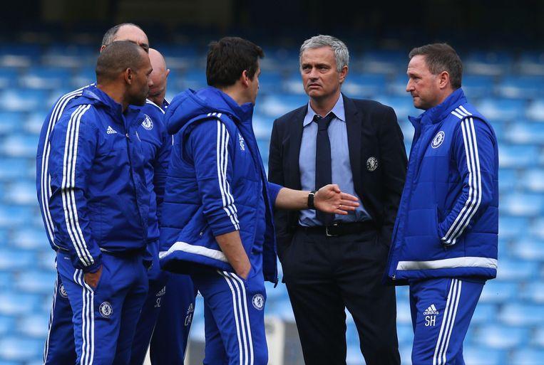Mourinho praat met zijn staff. Beeld getty
