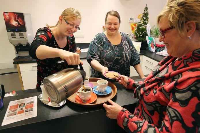 Met de komst van de Participatiewet mogen gemeenten bijstandsgerechtigden een tegenprestatie opleggen. Ze moeten iets terugdoen voor hun uitkering, zoals koffie schenken in een buurthuis.