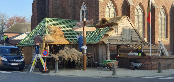 Vrijwilligers zijn alweer druk in de weer met de opbouw van de kerststal.